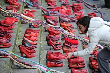 Scarpe rosse esposte in piazza SS. Annunziata in occasione dell'iniziativa 'Scarpe rosse, trecce e solidarieta' per dire no alla violenza sulle donne, Firenze, 8 marzo 2014 © ANSA
