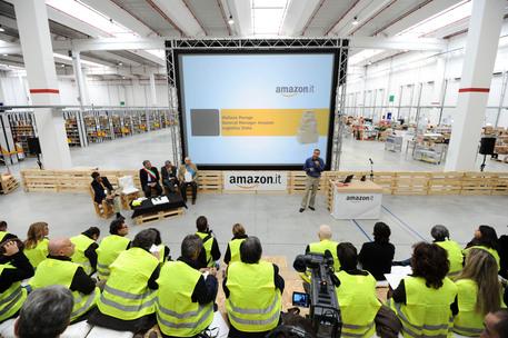 Amazon, sciopero immediato: sindacalisti bloccati ai cancelli, polizia in azienda