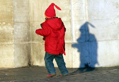 Bimbo di 2 anni trovato solo per strada