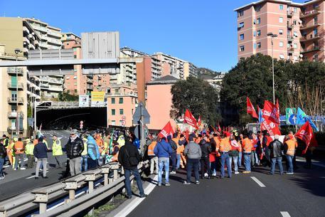 Gli edili bloccano il casello di Genova Ovest