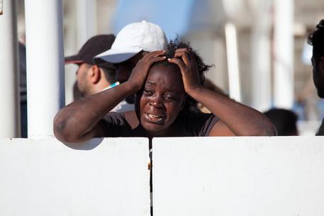 La disperazione di una migrante a bordo della nave 'Diciotti' approdata nel porto di Reggio Calabria, 4 Novembre 2017 © ANSA