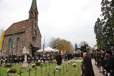 Cerimonia per i caduti al cimitero militare bolzano for Necrologi defunti bolzano giornale alto adige