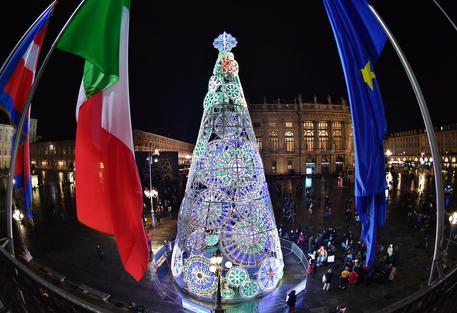 Si accende in piazza Duomo l'albero di Natale di Sky Italia