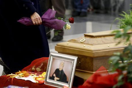 Funerale Lando Fiorini foto la camera ardente e l'abbraccio dei cari