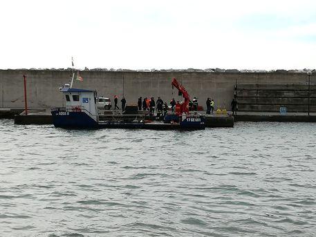 Genova, incidente su chiatta in mare: un morto e un ferito grave