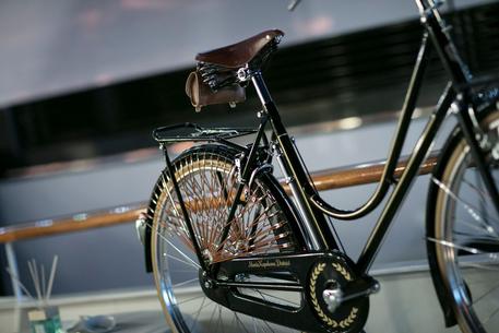 Taurus Lancia Bicicletta Per Montenapoleone Lombardia Ansait