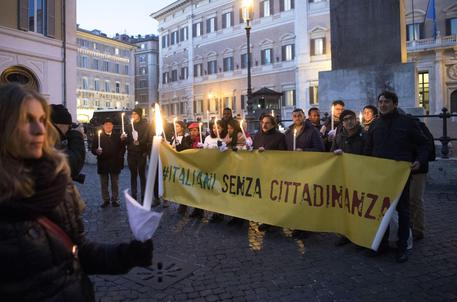 Fiaccolata per lo Ius soli in piazza Montecitorio a Roma lo scorso 20 dicembre © ANSA