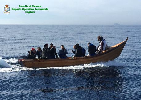 17 algerini soccorsi in mare Sardegna