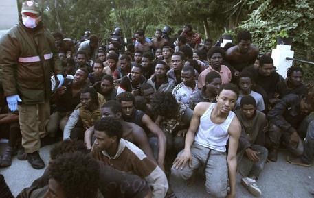 Ceuta, 800 migranti assaltano la barriera. 500 entrano in Spagna