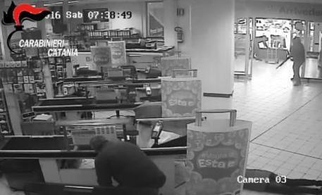 Catania, assalto a supermercato, identificato dai CC uno dei 4 rapinatori