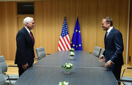 Ue-Usa, gaffe di Bruxelles: Pence accolto con la bandiera sbagliata