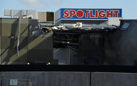 Aereo da turismo su centro commerciale: equipaggio e passeggeri morti [VIDEO CHOC]