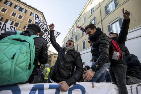 Taxi sesto giorno di protesta manifestazione a for Montecitorio oggi