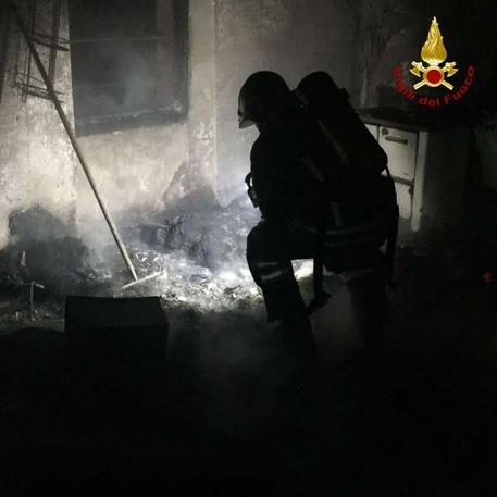 Incendio in un collegio abbandonato, 45enne muore carbonizzata