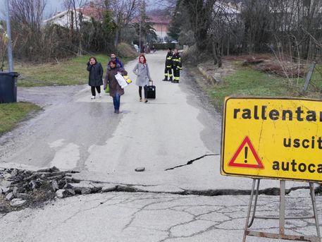Abruzzo: enorme frana sta divorando un paese