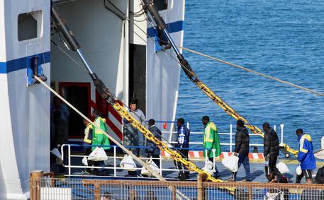 Migranti trasferiti in 84 a Porto Empedocle da Lampedusa