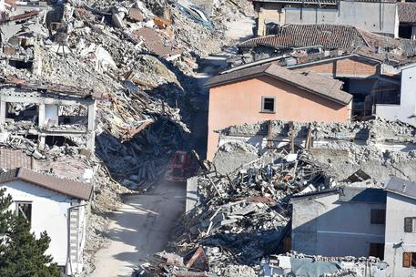 Terremoto, Gentiloni a Norcia. Il premier visita le casette: