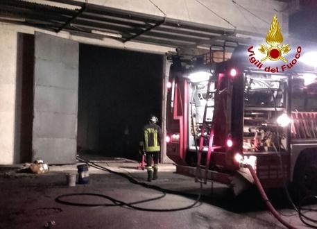 Incendio doloso a Begato, madre e figlia intossicate