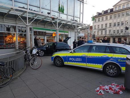 Choc in Germania, auto contro folla: 3 feriti VIDEO
