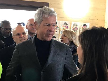 Claudio Baglioni consegna i fondi per ricostruire il centro parrocchiale