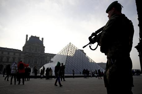 Francia, Hidalgo elogia reattività militari in attacco Louvre
