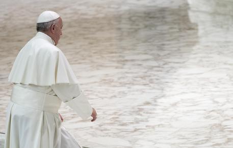 Pedofilia, il Papa chiede perdono: 'Come può un prete causare tanto male?'