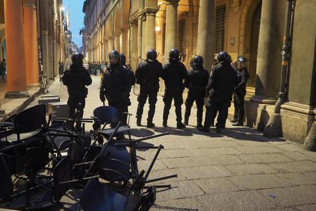 Guerriglia all'Università di Bologna, polizia sgombera biblioteca occupata da studenti manifestanti