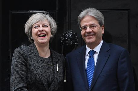 Paolo Gentiloni e Theresa May a Downing Street © EPA