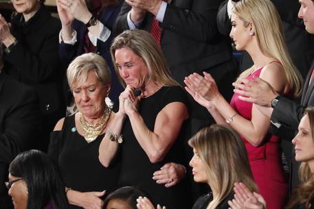 Trump al Congresso, ovazione per vedova Navy Seals morto in Yemen