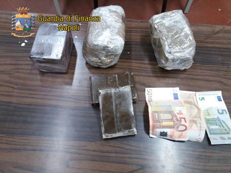 Nipote del boss arrestata per spaccio: viaggiava con 19 panetti di hashish