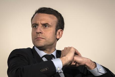 Francia, presidenziali, sale Macron nei sondaggi e in tv