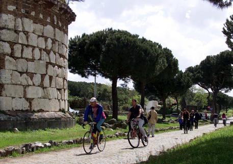 Roma, stop alle auto sull'Appia Antica: varchi entro l'estate