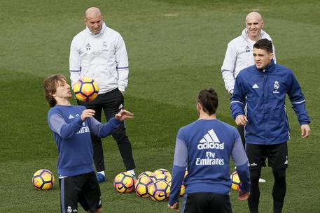 Il Real Madrid a Napoli, cori e sfottò all'esterno dell'hotel
