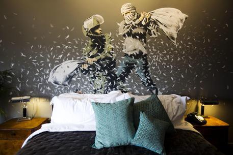 Banksy apre hotel con 'vista su muro' a Betlemme