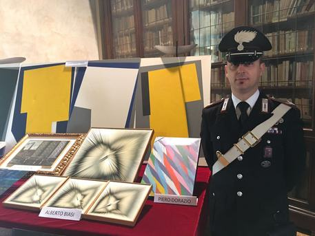 Venezia, i carabinieri sequestrano 21 opere d'arte false: 10 denunce