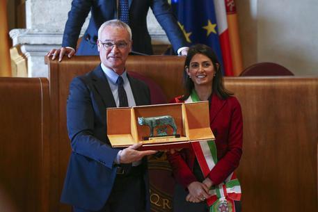 Raggi premia Ranieri in Campidoglio: