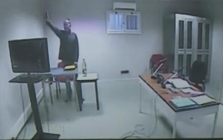 Un frame da un video di Rai News 24 che mostra Massimo Carminati, in collegamento da Parma, che fa  il saluto romano (archivio) © ANSA