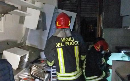 Esplosione in appartamento nel comasco, crolla una palazzina