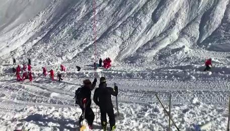 Valanga a Tignes, sciatori sotto la neve