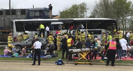 Treno contro bus, 3 morti e 50 feriti