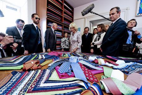 Camilla Parker a Napoli riceve cravatte e foulard in dono da Marinella