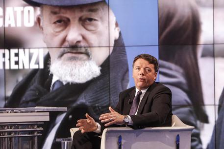 Matteo Renzi con alle spalle una immagine del padre in una foto d'archivio di una registrazione di 'Porta a Porta' © ANSA