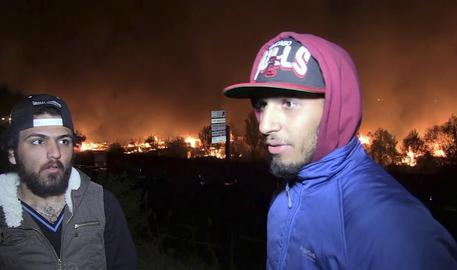 Francia, incendio devasta campo migranti