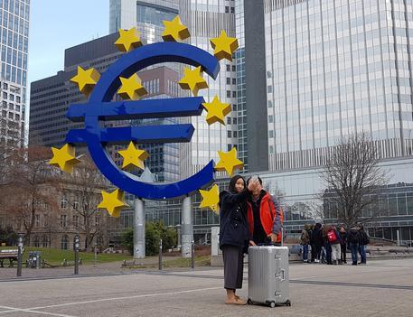 Bce alza stime crescita Ue 2017 a 2,4%