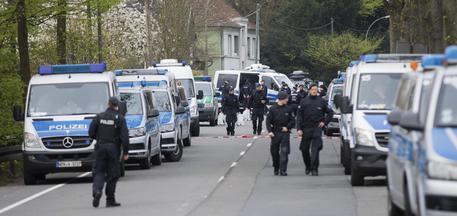 La polizia sul luogo delle esplosioni contro il pullman del Borussia Dortmund © AP