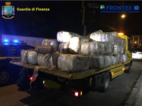 Droga: operazione aeronavale nel Mar Ionio, sette arresti