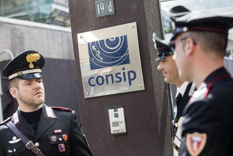 Un momento dell'acquisizione di atti relativi ad appalti disposta dalla Procura di Roma negli uffici  della Consip di via Isonzo da parte di carabinieri e Guardia di Finanza © ANSA