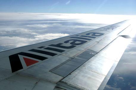 Un aereo Alitalia in volo, archivio © ANSA