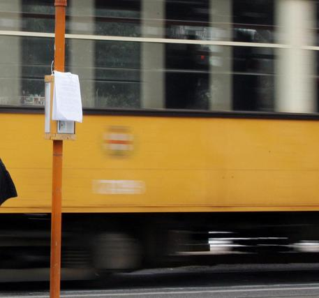 Milano, bambina di 12 anni incastrata nei binari del tram: piede amputato