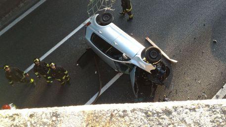 Italia: auto precipita da cavalcavia su autostrada Varese